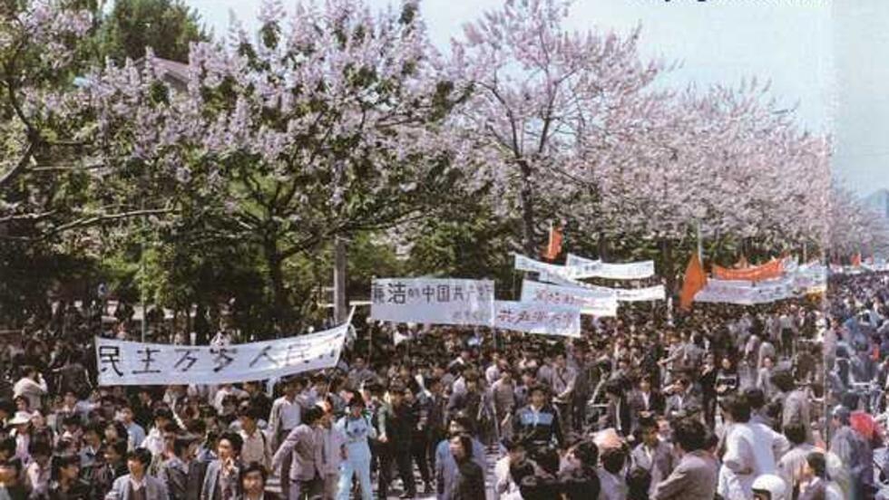 4月27日,上百萬北京學生和市民參加遊行,抗議日前《人民日報》社論。聲勢之大出乎預料。遊行隊伍中的橫幅和口號有:「民主萬歲,人民萬歲!」「廉潔的中國共產黨萬歲!」等。