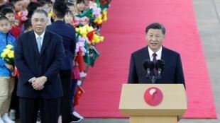 Chủ tịch Trung Quốc Tập Cận Bình phát biểu tại sân bay quốc tế Macao, bên trái là cựu lãnh đạo Macao Thôi Thế An(Fernando Chui), ngày 18/12/2019.