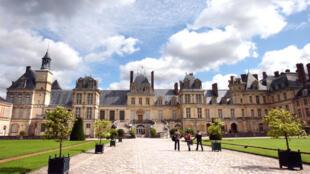 Cầu thang vành móng ngựa tại lâu đài Fontainebleau