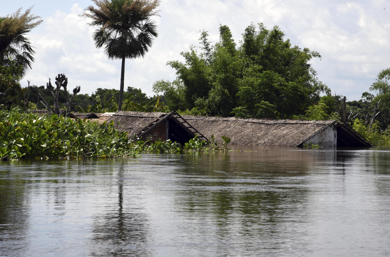 Les graves inondations qui frappent la zone située à la frontière du Brésil, de l'Argentine, du Paraguay et de l'Uruguay ont transformé la ville d'Alberdi, à 130 km de la capitale, en une île coupée de tout. Photo datée de décembre 2015.