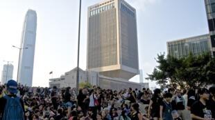 """2014年佔中期間,位於金鐘添馬艦的駐港部隊總部外面,幾乎天天有人示威抗議人大常委的8.31決定,但不出一兵一卒的駐港部隊原來被譽為香港""""堅強後盾""""。"""