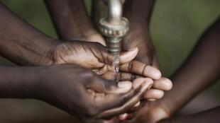 Le forage est essentiel pour apporter de l'eau aux populations et aux agriculteurs dans les régions arides.