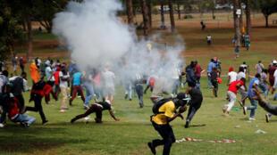 Polisi yatumia mabomu ya machozi kwa kutawanya umati wa wanafunzi, Oktoba 20mbele ya Ikulu ya rais ya Afrika Kusini.