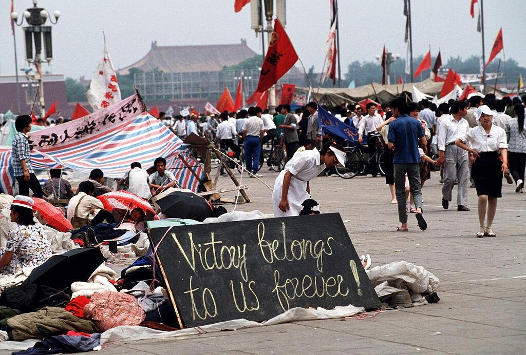 Une pancarte des manifestants pro-démocratie sur laquelle on peut lire: «La victoire nous appartient pour toujours», le 1er juin 1989, sur la place Tiananmen.