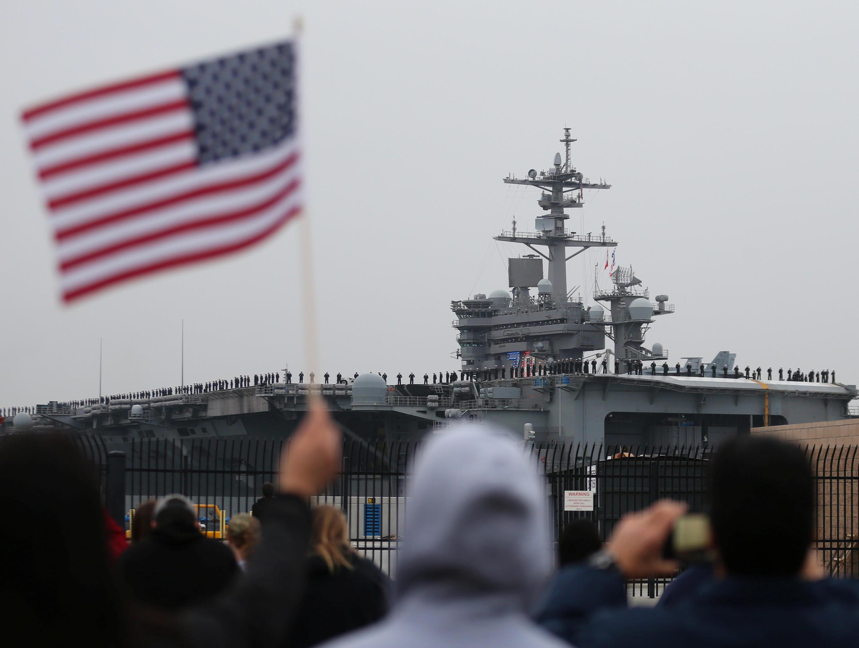 Hàng không mẫu hạm Mỹ USS Carl Vinson rời cảng North Island, Coronado, California, Hoa Kỳ, ngày 05/01/2017.