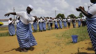 利比里亚埃博拉疫情结束 ,妇女跳舞欢庆