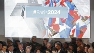 Atletas e autoridades francesas, incluindo a prefeita de Paris, Anne Hidalgo, participam do lançamento da candidatura JO Paris 2024.