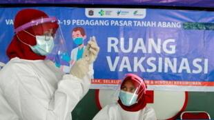 Vaccination de masse des vendeurs sur le marché textile de Tanah Abang à Jakarta, dans la capitale indonésienne, le 17 février 2021.