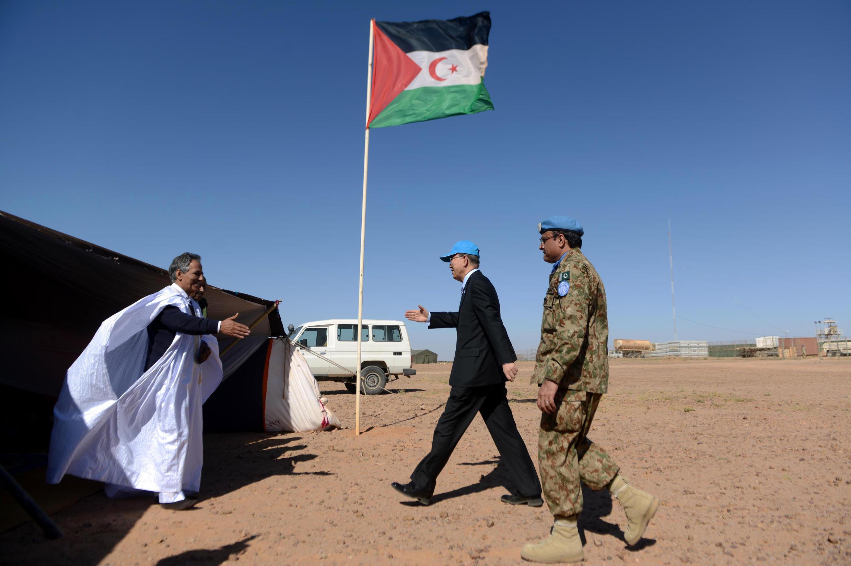 Le secrétaire général des Nations unies Ban Ki-moon rencontre avec Ahmed Boukhari, représentant du Front Polisario à l'ONU, près de la base des Nations unies à Bar-Lahlou, à 220 kilomètres au sud-ouest de la ville algérienne de Tindouf en mars 2016..