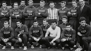 L'équipe soviétique de football en 1963. Au deuxième rang, tout à droite se trouve l'un des frère Starostine.