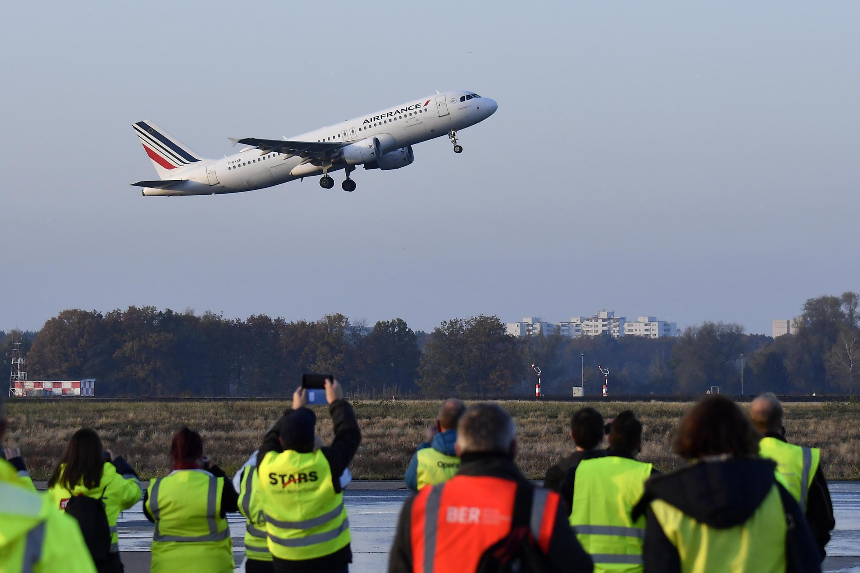 Personal aeroportuario observa el despegue del vuelo AF1235 de Air France, el último desde el aeropuerto Tegel de Berlín, que cerró definitivamente el 8 de noviembre de 2020