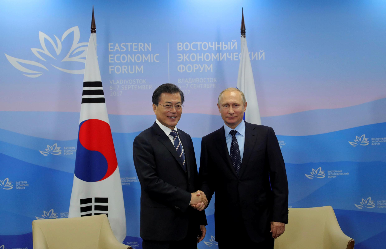 Tổng thống Nga Vladimir Putin (P) tiếp tổng thống Hàn Quốc Moon Jae In tại Diễn Đàn Kinh Tế Đông Á, Vladivostok, Nga, ngày 06/09/2017.