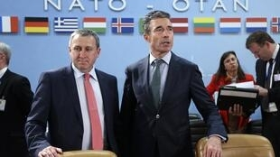 Sakataren harakokin wajen Ukraine Andriy Deshchytsia da  Anders Fogh Rasmussen na NATO