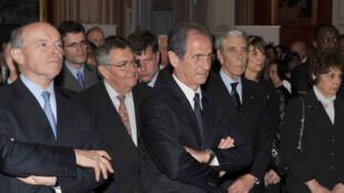 (De g. à dr) Jacques Toubon,  coordinateur du Cinquantenaire, Hubert Falco, secrétaire d'État à la Défense et aux Anciens Combattants,(3e en partant g.) le 13 avril à Paris.