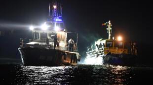 Un bateau de la police des frontières remorquant un bateau de migrants vers le port de Midia, le 13 septembre 2017.
