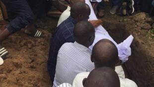 Au Burundi, l'opposant Zedi Feruzi est enterré par ses proches et des milliers d'anonymes.