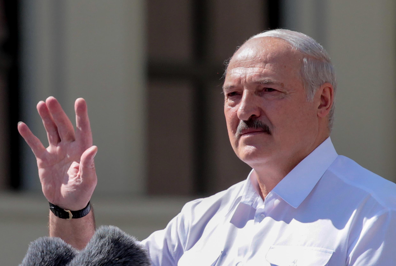 El presidente Alexander Lukashenko habla durante un mitin organizado en su apoyo, el 16 de agosto de 2020 en el centro de Minsk