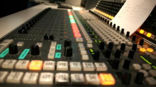Une console de mixage destiné à la production radio.