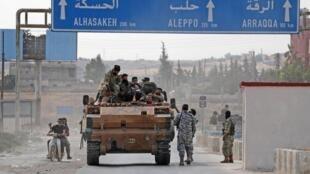 """جنگجویان شورشی سوری تحت حمایت ترکیه، در شهر """"تل ابیض""""، در شمال سوریه و کنار مرز ترکیه. دوشنبه ٢٢ مهر/ ١٤ اکتبر ٢٠۱٩."""