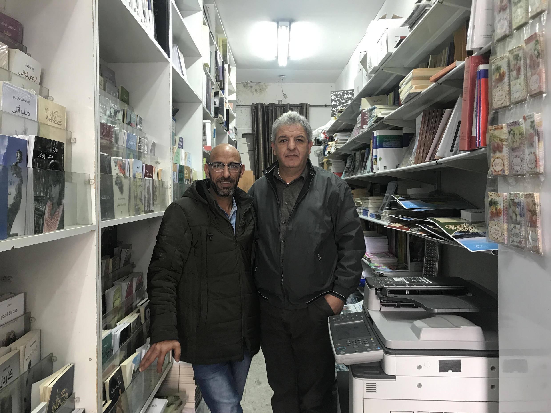 Taisir (à gauche) et Marwan Jubeh s'occupent tous deux de la librairie familiale fondée au centre-ville de Ramallah en 1952.