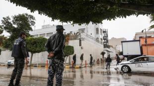Les forces de sécurité libyennes devant l'ambassade italienne à Tripoli, le 10 janvier 2017.