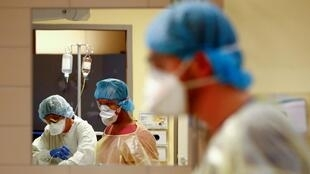 Falso médico engana hospital e trabalha durante emergência da Covid-19 na Espanha.
