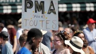 Marche des fiertés et une pancarte «PMA pour toutes», à Paris, le 29 juin 2019.