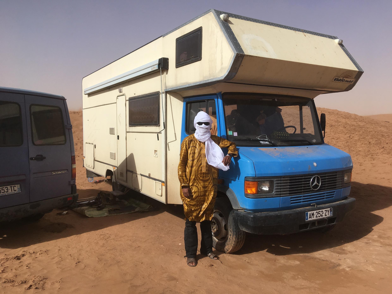 Le camping car de Bastien Gsell, le road manager de Tinariwen, a été transformé en studio pour enregistrer le prochain album. Le groupe sera sur la route, en Mauritanie, durant un mois.