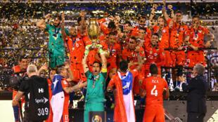 Wachezaji wa timu ya taifa ya Chile, wakishangilia baada ya kukabidhiwa taji la michuano ya Copa Amerika, 26 JUNE 2016