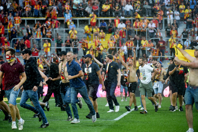 Des supporters lensois envahissent la pelouse à la mi-temps du derby entre Lens et Lille, comptant pour la 6e journée de Ligue 1, le 18 septembre 2021 au Stade Bollaert-Delelis