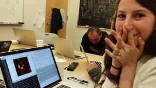 Katie Bouman observando 'incrédula mientras la primera imagen que hice de un agujero negro va tomando forma'.