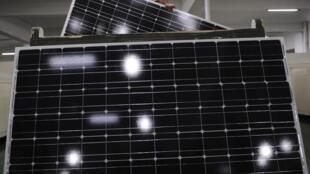Fábrica de painéis solares em Yongkang, província chinesa de Zhejiang, em 23/02/12.