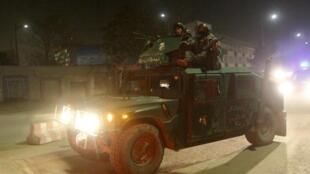 Policiais afegãos chegam ao local da explosão