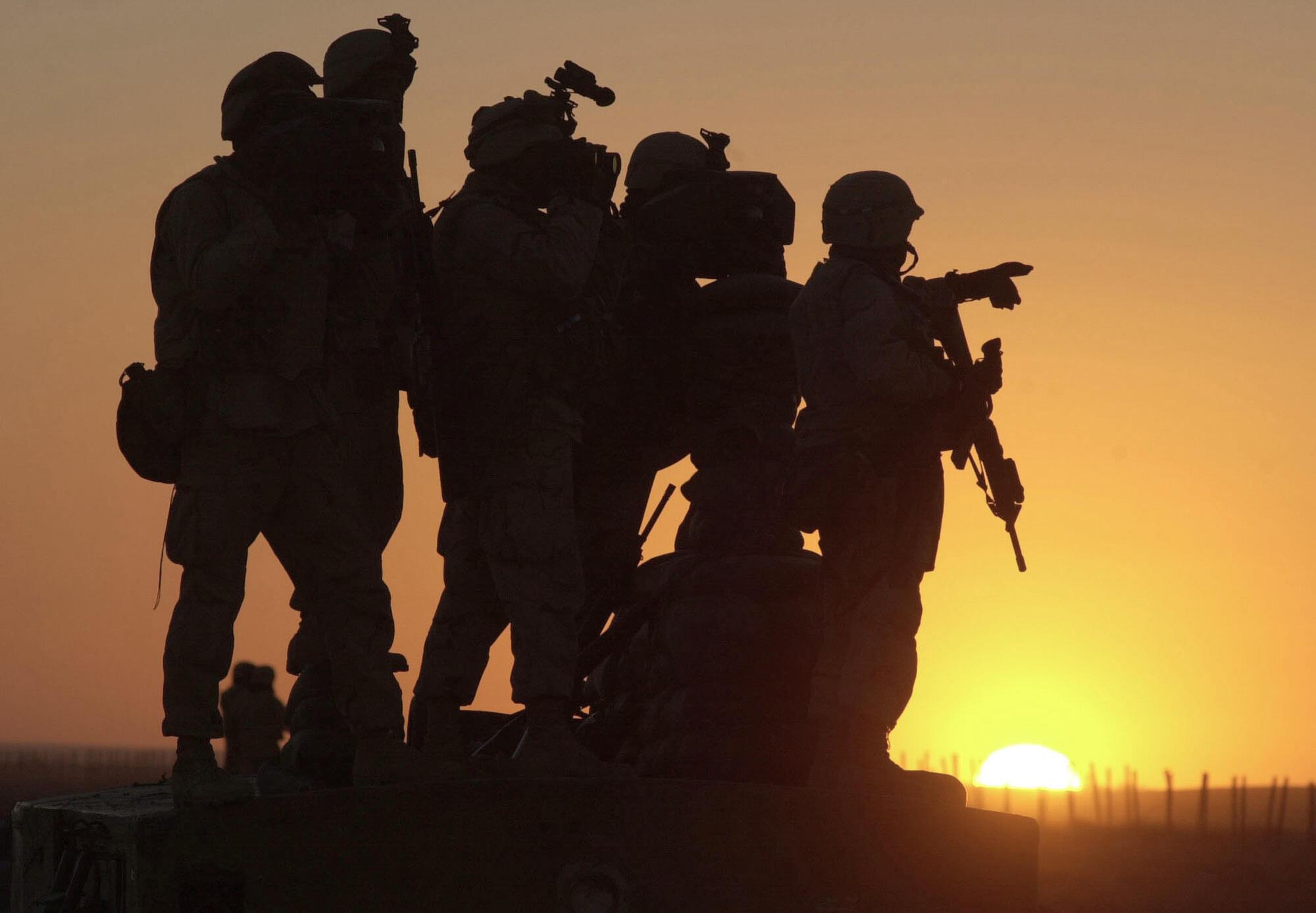 2002年在阿富汗坎大哈基地的美軍剪影。