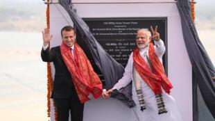 """نخست وزیر هند """"نارندرا مودی"""" و """"امانوئل ماکرون"""" رئیس جمهور فرانسه، در جریان افتتاح نیروگاه خورشیدی در """"میرزاپور"""" در شمال هند. دوشنبه ٢١ اسفند/ ١٢ مارس ٢٠۱٨     ،"""