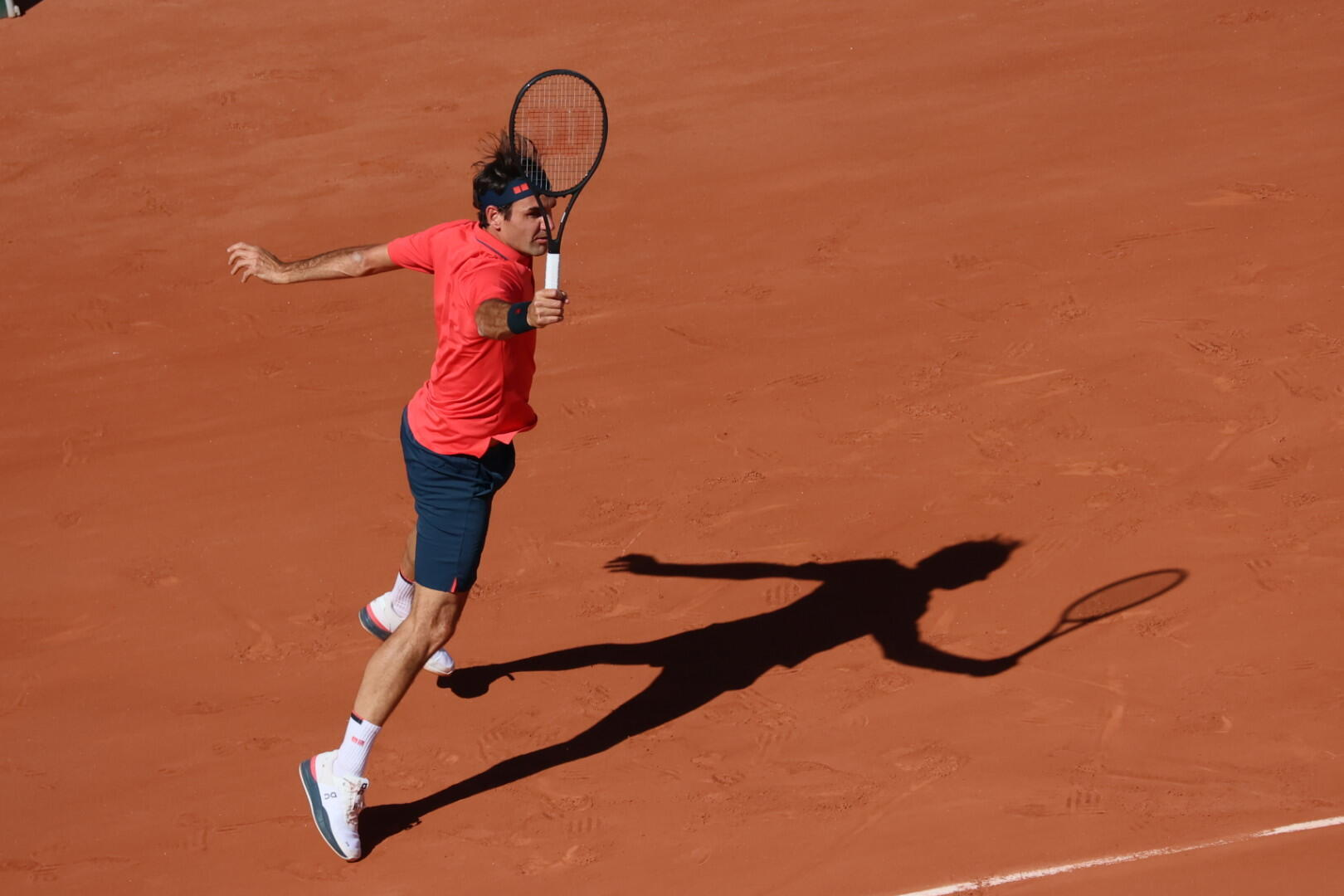 Former champion Roger Federer moved into the second round after a straight sets win over Denis Istomin.