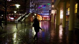 Mulher caminha sozinha pela região central de Paris, onde mais ocorrem estupros.