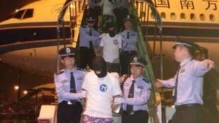 中国大陆警方30日将马来西亚电信诈骗案32名涉案台湾人遣返至广州。图为当地时间晚八时许降落白云机场的情况。