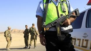 Barreira policial israelense nas proximidades da estação balneária de Eliat, na fronteira de Israel com o Egito. à quelques kilomètres de la station balnéaire d'Eilat, le 18 août 2011.