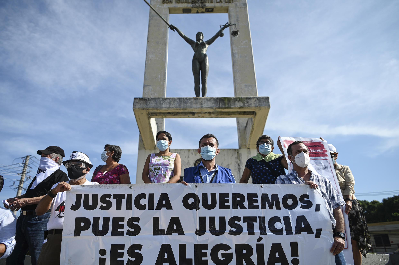 Miembros de organizaciones sociales que buscan la aprobación de la ley de reparación integral para víctimas de conflictos armados, se manifiestan contra el bloqueo militar a la investigación de la masacre de El Mozote, el 23 de septiembre de 2020 en San Salvador