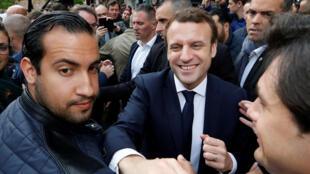 Vệ sĩ Alexandre Benalla (T) và tổng thống Emmanuelle Macron (P) tại Rodez, Pháp, ngày 5/7/2017.
