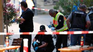 Cảnh sát giữ an ninh tại một nhà hàng ở Ansbach sau vụ nổ bom ngày 25/07/2016.
