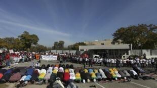 在距離曼德拉所住的普勒托利亞醫院僅幾個街區南非 一些民眾周五發起抗議集會活動