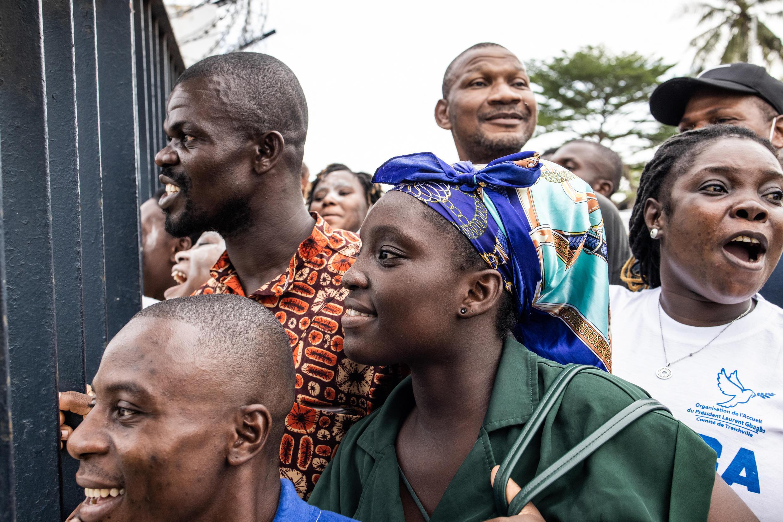 Des sympathisants de Laurent Gbagbo attendent l'arrivée de l'avion de l'ancien président.