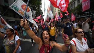 Les partisans du candidat à la présidence brésilienne du Parti des travailleurs (PT), Fernando Haddad, assistent à un rassemblement sur la place Buraco do Lume, dans le centre-ville de Rio de Janeiro, au Brésil, le 19 octobre 2018.