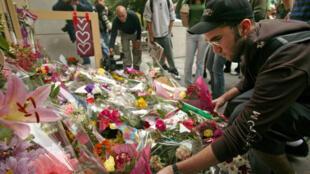 15 septembre 2006. Des milliers de fleurs s'amassent sur un mémorial après la tuerie perpétrée au collège Dawson à Montréal.