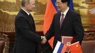 Le président russe Vlaidmir Poutine et son homologue chinois Hun Jintao en marge du sommet de l'OCS, à Pékin, le 5 juin 2012.