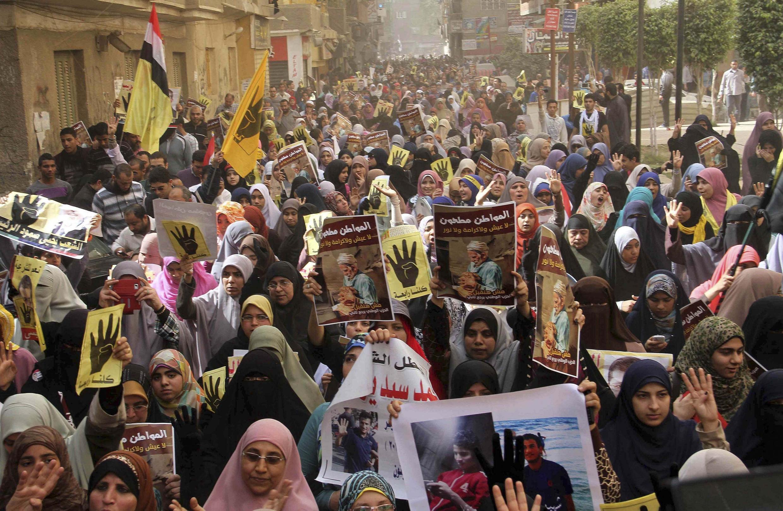 Partidários do presidente deposto Mursi protestam no Cairo, 07/03/2014.