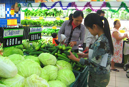Do lạm phát, giá sinh hoạt ở Việt Nam trước Tết vẫn tăng (Reuters)