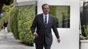 O premiê grego, Antonis Samaras, diante do seu escritório em Atenas.